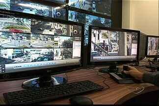 Cariacica reinaugura central de videomonitoramento no ES - Onze câmeras foram instaladas no município.Local tem quatro telões que transmitem imagens em alta definição.