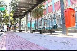 Ponto de ônibus em avenida de Vitória tem banco baixo demais, mostram passageiros - A Secretaria de Obras de Vitória informou que a correção no ponto será feita na próxima semana.
