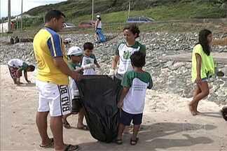 """Grupo acordou cedo hoje para coletar o lixo jogado na orla de São Luís - Projeto """"Praia limpa, praia legal"""" quer deixar as praias da capital mais bonitas e preservadas."""