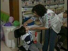Maringá conta com 50 pontos de vacinação contra a paralisia infantil - Crianças de seis meses a cinco anos devem tomar a vacina