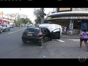 Assaltantes fazem falsa blitz em Pilares - De acordo com a polícia, bandidos em dois veículos bloquearam a passagem de um motorista para tentar roubar o carro dele. Dois assaltantes foram presos por policiais.