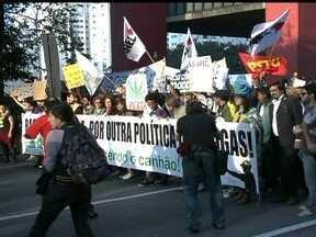 Protesto pede legalização da maconha - Uma manifestação a favor da legalização da maconha reuniu cerca de mil pessoas na região da Avenida Paulista. Um dos organizadores do evento defendeu o uso da planta.