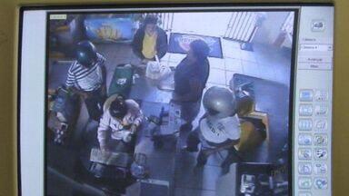 Imagens mostram criminosos assaltando supermercado em Passos, MG - Imagens mostram criminosos assaltando supermercado em Passos, MG