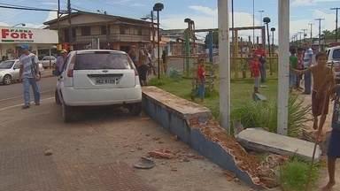 Motorista invade canteiro central na Rua Claudomiro de Moraes - Um motorista invadiu, na tarde deste sábado, o canteiro central da Rua Claudomiro de Moraes, no bairro Congós. Segundo a polícia, o condutor cochilou ao volante.