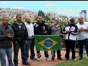 Corintianos presos na Bolívia voltam para o Brasil - Sete dos 12 torcedores brasileiros voltaram para casa depois de 106 dias presos na Bolívia. Representante da embaixada que acompanha o caso diz que a libertação dos outros cinco presos não deve demorar muito.