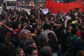 Cinco mil pessoas se reúnem para protestar contra o aumento das passagens - Manifestantes se reuniram na Avenida Paulista. Integrantes do Movimento Passe Livre protocolaram na Prefeitura um pedido de reunião para discutir a revogação do aumento. MP informou que fará uma reunião às 14h com as organizações.