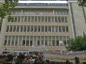 Grécia tem greve geral após fechamento de televisão estatal - Funcionários continuam trabalhando apesar do fim das transmissões. Os principais sindicatos fazem manifestações em frente à sede da emissora. A paralisação prejudica escolas, hospitais, repartições do governo e o transporte público.