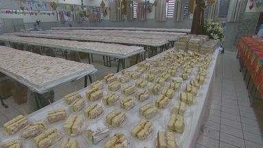 Com bolos gigantes, Campinas e Piracicaba comemoram o dia de Santo Antônio - O dia do santo casamenteiro, celebrado nesta quinta-feira (13) é comemorado em Campinas e região com a entrega de pães e bolos. O santo é padroeiro em algumas cidades, como Americana (SP) e Piracicaba (SP).