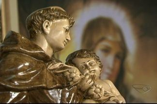 Mulheres do Sul do ES fazem promessas para Santo Antônio - Elas fazem simpatias e pedidos ao santo, que tem fama de casamenteiro.