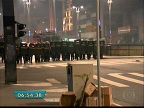 Polícia impede chegada de manifestantes à Avenida Paulista - Uma forte repressão policial impediu os manifestantes de chegarem em massa à Avenida Paulista. Foram seis horas de protestos. Houve muitos tiros de bala de borracha e o lançamento de muitas bombas de gás lacrimogênio e pedradas.