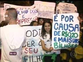 No Rio de Janeiro, manifestantes reivindicam saúde, educação e transporte - Mais de 100 mil pessoas estiveram na noite de segunda-feira no Centro da cidade