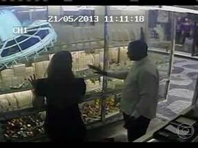 Polícia investiga quadrilhas que assaltam joalherias - Só este ano, já foram registrados nove roubos e 90% deles acontecem em lojas de shopping. Os criminosos conseguem, facilmente, vender ou penhorar as joias.