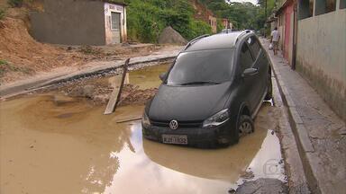 Carro está em buraco há um dia, na Estrada da Mirueira, em Paulista, PE - Até mesmo motocicletas estão com dificuldade de passar pelo local. Cratera está cheia de água das chuvas e não é possível saber profundidade.