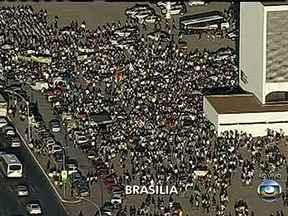 Manifestantes seguem para o Congresso Nacional, em Brasília - A multidão de mais de duas mil pessoas caminha de forma pacífica pela capital do Brasil. Os manifestantes carregam faixas e cartazes protestando contra a PEC 37, os gastos com a Copa, a corrupção e também pedindo um transporte gratuito.