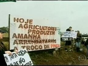 Agricultores do RS se reúnem para protestar contra criação de reserva indígena - Os agricultores do norte do Rio Grande do Sul se reuniram para protestar contra a criação de uma reserva indígena. Em muitas propriedades, o plantio do trigo está parado à espera de uma decisão.