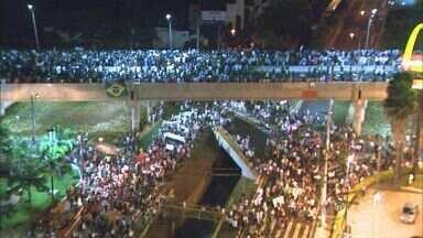 Manifestantes enfrentam polícia em protesto em Franca, SP - Cidade também teve saques e vitrines quebradas.