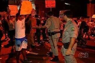 Protesto tem momento de tensão entre manifestantes e policiais, em Itumbiara, Goiás - Um menor de idade foi apreendido por soltar bombas. A fachada de uma loja foi quebrada.