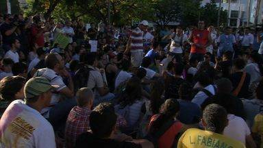 Quinta-feira foi marcada por nova manifestação em Fortaleza - Manifestantes se reuniram na Praça Portugal.
