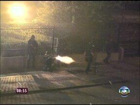 Repórter flagra confronto entre manifestantes e policiais em frente à Prefeitura do Rio - Prédio dos Correios e Terreirão do Samba também foram alvo do grupo
