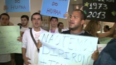 Universitários protestam contra a privatização do HU - Estudantes procuraram o reitor da Ufal para entregar um documento com reinvidicações.