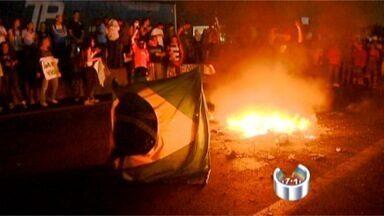 Mais de 10 mil pessoas participam de protesto em São José - Manifestantes fecharam os dois sentidos da Via Dutra, por volta das 18h15, no trecho de São José dos Campos (SP). Eles invadiram a rodovia na altura do km 149, sentaram-se no chão e depois cantaram o hino nacional.