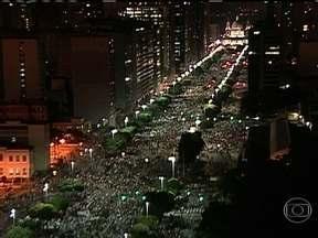 Multidão percorre em paz a Avenida Presidente Vargas - A concentração da passeata começou na Candelária. Os manifestantes tinham muitas reivindicações, em busca de um país melhor. Muitos vestiam branco. Outros carregavam bandeiras e tinham os rostos pintados.