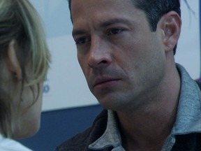 Bruno fica arrasado ao saber a verdade sobre Paulinha - Carlito cobra uma posição de Valdirene, que sai pela tangente...