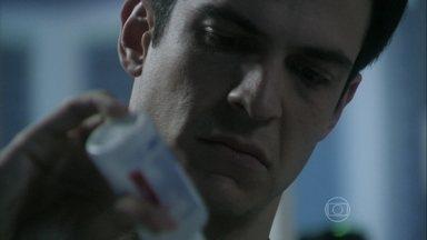 Félix troca a medicação de Paulinha por água - O vilão quer tirar a menina de seu caminho
