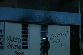 Manifestantes ateiam fogo a ônibus e prefeitura em Valparaíso de Goiás - Protestantes bloquearam BR-040 e atearam fogo em dez ônibus. Prefeitura de Valparaíso de Goiás também foi depredada. Manifestantes reivindicam melhores condições na saúde pública, segurança e, principalmente, transporte coletivo.
