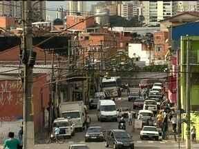 PM é baleado na Vila Maria - Um policial militar foi baleado durante um protesto na Vila Maria, zona norte da capital paulista, na noite de sexta-feira (21). Ele acompanhava os manifestantes quando um tiro foi disparado de dentro de uma favela.