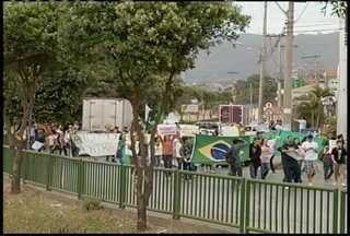 200 manifestantes fazem passeata na avenida Deputado Esteves Rodrigues - Segundo PM, manifestação foi pacífica
