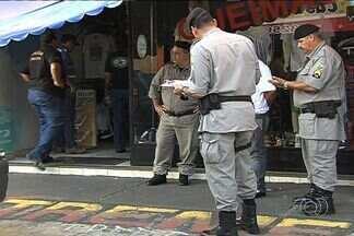 Dono de loja reage a assalto e mata suspeito de crime, em Goiânia - Cinco assaltantes invadiram uma loja de roupas de grife em Goiânia. O dono, um policial militar, reagiu e matou a tiros um dos criminosos.