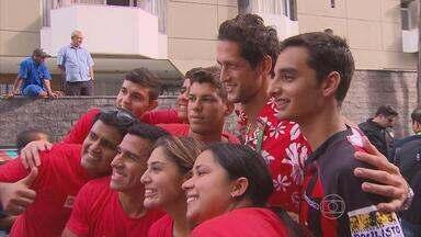 Pior time do mundo cria 'Taitibis', torcida de apoio ao Taiti - Mauro Shampoo e sua turma foram prestar apoio à seleção mais simpática da Copa das Confederações.