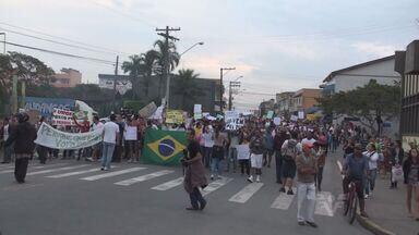 Mais de mil pessoas participam de protesto em Peruíbe - Eles pediram pelo fim da corrupção e pela redução das tarifas de ônibus