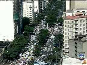 População protesta em Belo Horizonte - Concentração na Praça Sete reúne mais de seis mil pessoas. O objetivo é seguir até o entorno do Mineirão, onde jogam Japão e México, pela Copa das Confederações. Eles protestam contra os gastos públicos para a competição, entre outros temas.