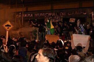 Manifestantes são presos no segundo dia de protestos em Campo Grande - No segundo dia de protestos em Campo Grande, um grupo de vândalos tentou invadir a Câmara de Vereadores e diversas pessoas foram presas. A manifestação foi realizada na região central da cidade.