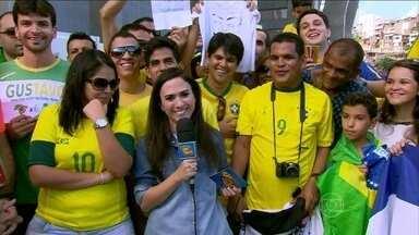 Tatá Werneck mostra seus 'conhecimentos' sobre futebol - Repórter especial do Caldeirão fala direto da Arena Fonte Nova, em Salvador