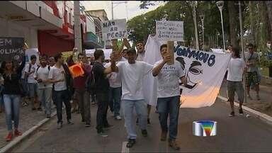 Manifestação fecha a Via Dutra em Caçapava (SP) - Cerca de duas mil pessoas percorreram as ruas do centro da cidade antes de ir para a rodovia nesta sexta-feira (21).