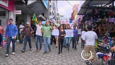 Protesto reúne pequeno grupo no centro de Taubaté (SP) neste sábado - Os manifestantes passaram percorreram as ruas do centro e em alguns momentos atrapalharam o trânsito.