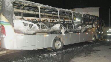 Ônibus é encontrado em chamas em terminal de Poços de Caldas, MG - Ônibus é encontrado em chamas em terminal de Poços de Caldas, MG