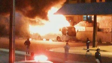 Morador filma ônibus em chamas em Poços de Caldas - Morador filma ônibus em chamas em Poços de Caldas