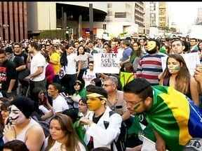 Multidão ocupa a Paulista em mais um grande protesto pacífico - Na Avenida Paulista, o protesto era contra a PEC 37, o projeto de lei que limita a ação do Ministério Público, mas teve gente protestando contra tudo. Em outros pontos da capital também houve protestos.