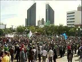 Sábado de protestos pelo Paraná - Manifestantes foram para rua com faixas e cartazes.