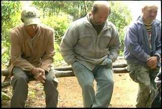 Três homens são presos por crime ambiental em Nova Friburgo, RJ - Eles foram presos por caça ilegal de animais.Material para armadilhas e armas foram apreendidos.