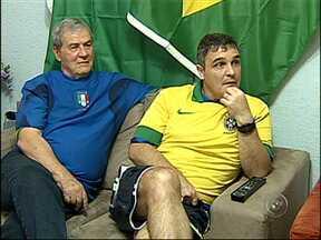 Familia de Jundiaí, SP, se divide durante a partida entre Brasil e Itália - O Brasil venceu a Itália por 4 a 2 neste sábado. Em uma casa de Jundiaí (SP), a família estava bem dividida. Mas no final, mostrou que o coração de todos tinha as mesmas cores: o verde e o amarelo.