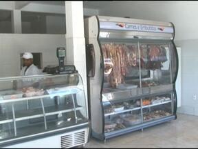 Mais de duas toneladas de carne clandestina são apreendidas em Barreiras - Os fiscais apreenderam as carnes em uma feira livre da cidade e em açougues do bairro de Santa Luzia.
