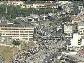 Mais de 65 mil pessoas fazem manifestação em Belo Horizonte - Nas proximidades do Mineirão, houve confronto com a polícia. Os manifestantes colocaram fogo em frente à entrada principal da universidade federal. Três concessionárias foram depredadas. Quinze pessoas ficaram feridas. Vinte e duas foram presas.