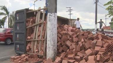 Carreta com 9 toneladas de tijolo tomba em avenida de Manaus - Carga caiu na via e prejudicou o trânsito no local Coronel Teixeira.Cinta que prendia carga se soltou e atingiu o para-brisa de um carro.