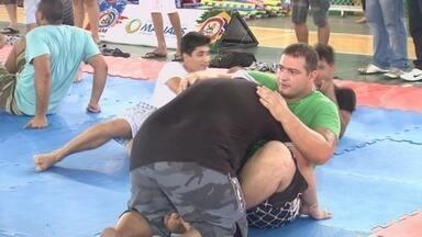 Ação social com lutadores da Nova União agita os manauaras - Dando 1kg na entrada, fãs têm contato com atletas do Ultimate e do Bellatore ainda recebem dicas de técnicas aplicadas no MMA.