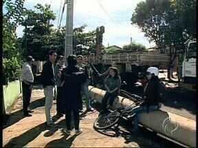 Moradores protestam e Copel suspende colocação de superpostes no Jardim Presidente - A instalação de uma nova rede de alta tensão em Londrina gera polêmica entre os moradores e a empresa de energia.